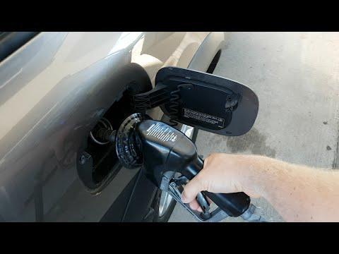Der Kanister für das Benzin mit saliwnym von der Einrichtung