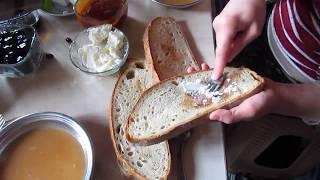 Tarhana çorbası nasıl yapılır. soba üzerinde kızarmış ekmek ve tereyağı