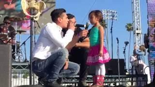 Elizabeth Caro cantando Cicatriiices en Pomona Fair Plex