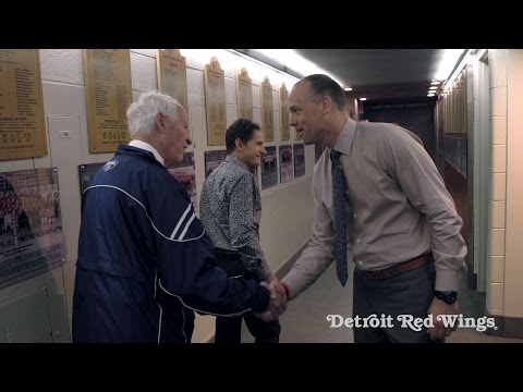 Gordie Howe visits the Red Wings locker room