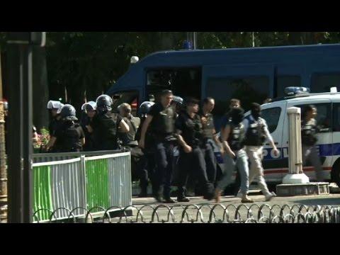 Video: Vehículo embiste furgón policial en París en un atentado