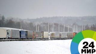 Из-за снегопада на трассе Бишкек-Ош встал караван из грузовиков - МИР 24