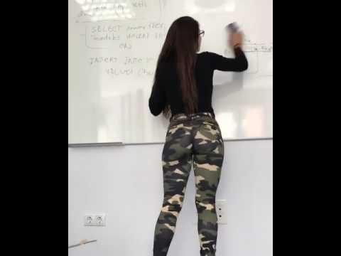 Alunos adoram ver esta professora a limpar o quadro da sala de aula