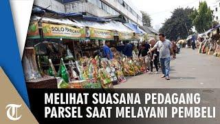 Suasana Pedagang Parsel di Cikini, Melayani Pembeli