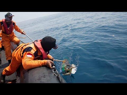 Ινδονησία: Δύτες ανέσυραν το ένα από τα μαύρα κουτιά του μοιραίου Boeing…