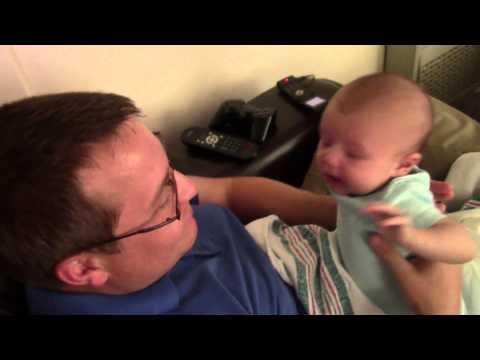 Un bébé est triste lorsque son père prétend avoir de la peine