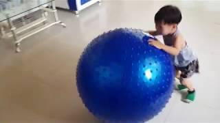 Trò Chơi Bé Tập Yoga Với Quả Bóng Khổng Lồ | Kids Toy Media