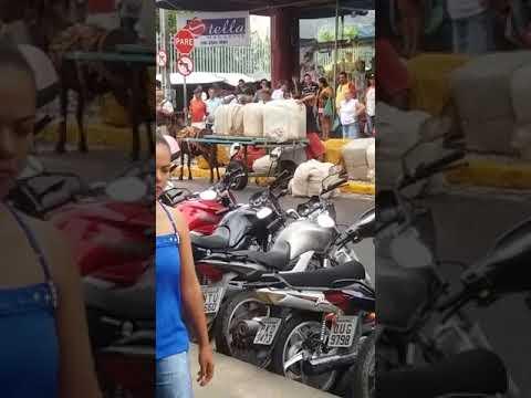 Carroceiro Carrega caixas quesobrecarregavam carroça de tração anima em Bonfim