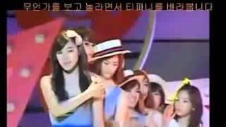 少女時代Tiffany在舞台被允兒掀裙子