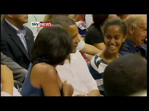 Obama bacia Michelle alla partita di basket