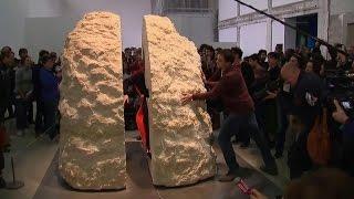 Почувствовать время: во Франции художника на неделю замуровали между каменными блоками
