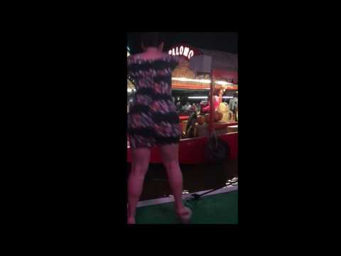 Нелепое падение танцовщицы, исполнявшей тверк, взорвало YouTube