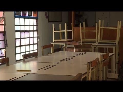 Niños y maestros abandonan colegios tras reformas de Maduro