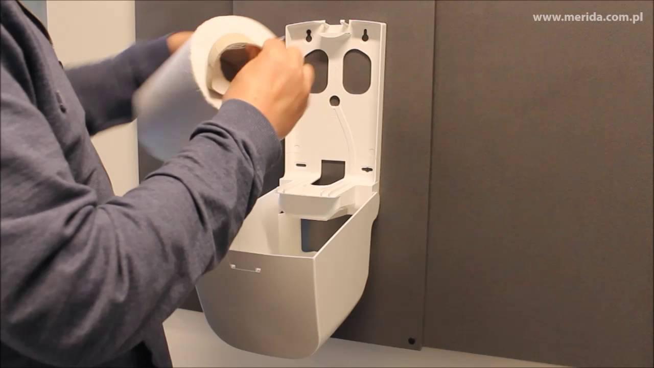 Zakładanie nowej rolki ręczników papierowych do podajnika.