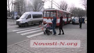 В центре Николаева «Шевроле» въехал под троллейбус