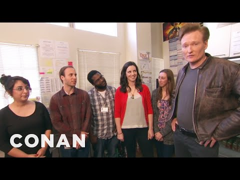 Conan Hangs Out With His Interns (видео)