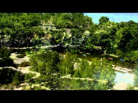 Le bord de la rivière Ardèche au Camping les Coudoulets