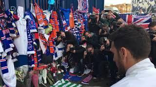 Feyenoord legt bloemen en shirt neer bij herdenkingsplek Ricksen