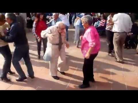 Älterer Mann wirft Krücken weg um zu tanzen