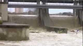 preview picture of video 'Arno in piena e canale Scolmatore nei pressi di Pontedera (PI) FULL-HD'
