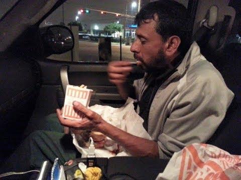 Скорбящий сын накормил обедом бездомного и неожиданно узнал от него о своём покойном отце