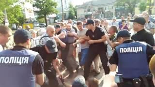 Новый патрульный Николаева наступил ногой на лицо человеку, который в наручниках лежал на земле.
