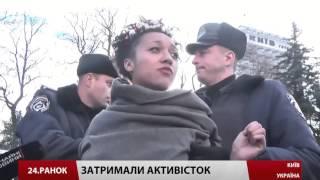 Активістки FEMEN оголилися під стінами Верховної Ради