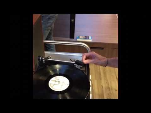 Bekijk details van Kluun start als DJ een elpee van The Police in