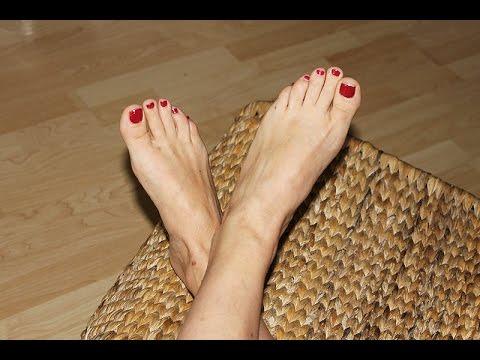 Auf dem Bein ist der rote Fleck der Schuppenflechte ähnlich