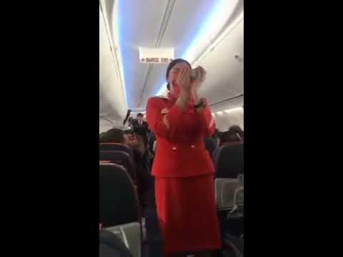 דיילת מנסה להעביר הדרכת בטיחות במטוס מלא אוהדי כדורגל