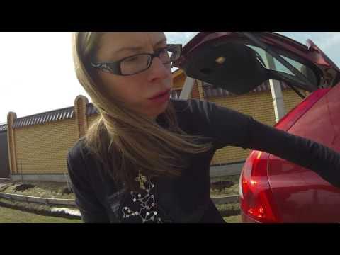 Im Salon des Autos riecht nach dem Benzin bei den offenen Fenstern