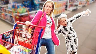 Милана РАЗБУДИЛА ВСЕХ УТРОМ РАНО или как Милана Выбирает Игрушки в магазине! Скетч от Family Box