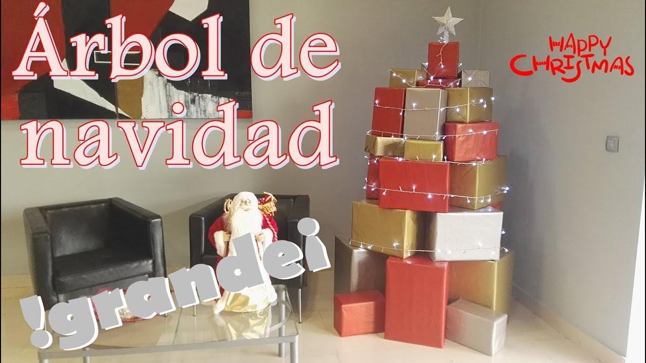Árbol de navidad con cajas de cartón. Decoración de árbol navideño