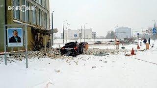 В Казани рухнувший фасад авиазавода раздавил внедорожник директора