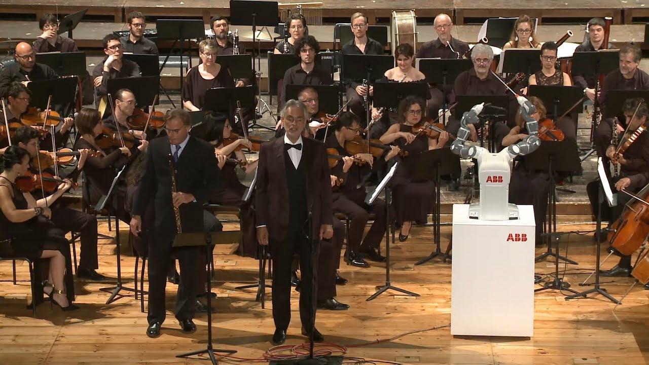 Робот исполнил роль дирижёра симфонического оркестра (3 фото)
