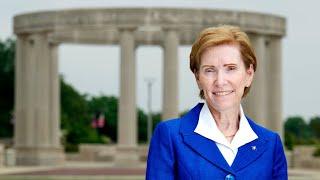 UIS总理Susan Koch向班级致辞