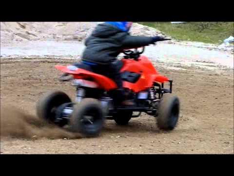 Bambino pazzo su mini quad 110 cc