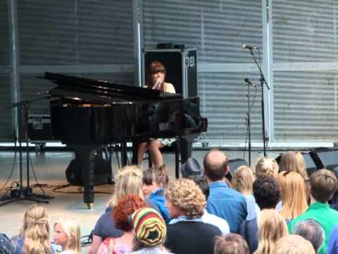 Laura Jansen live @ vondelpark 2010 performing Signal