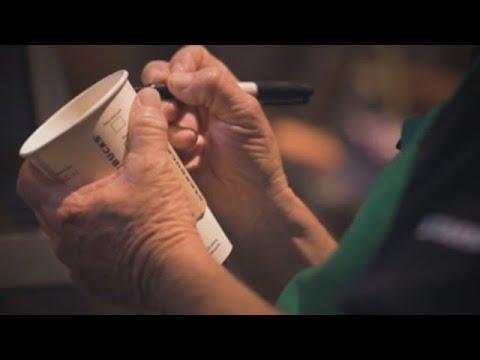 Adultos mayores mexicanos regresan al mundo laboral de la mano de Starbucks (C)