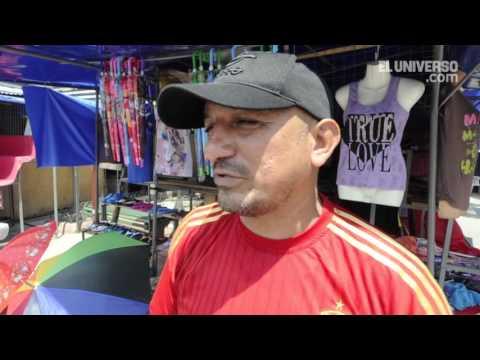 Venta de ventiladores y paraguas en el mercado de las cuatro manzanas