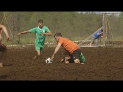 العرب اليوم - شاهد: مباراة في ملعب من الوحل