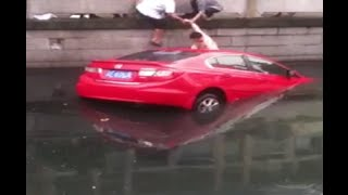 Residents Save Driver Trapped in Flooded Car in east China City
