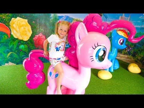 Настя покупает новую игрушку и идёт развлекаться в парк Пони