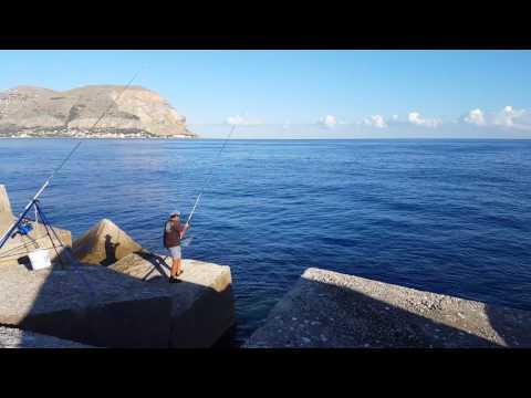 La pesca su un mangiatore annoda per ganci e conduce