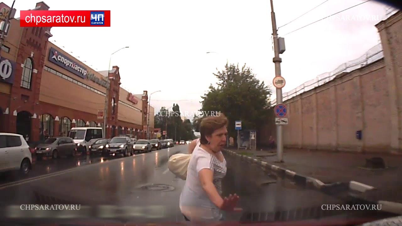 Автоледи сбила перебегавшую дорогу женщину в Саратове