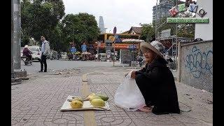Bà cụ 80 tuổi bán 5 trái xoài, 3 con khô ngồi năn nỉ cả ngày vẫn không ai mua