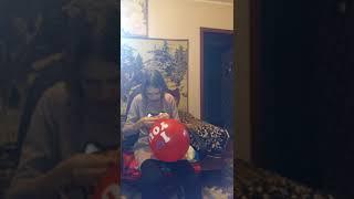 Завязываю шарики ленточкой