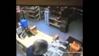 Смотреть онлайн Хозяин магазина вставил грабителю в рот свой пистолет