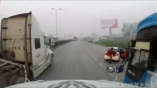 Bác tài xế container có phen thót tim khi xe khách xi nhan chuyển ra ngoài mà ko quan sát phía sau