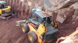 Manobra Arriscada Entre Mini Carregadeira VOLVO MC90B E Escavadeira NEW HOLLAND E215B - STONE PAVERS